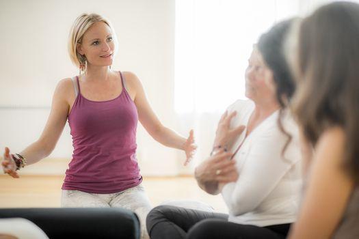 Terapeutisk yogal\u00e6rerutdannelse 2021 med Maja Thune m.fl.